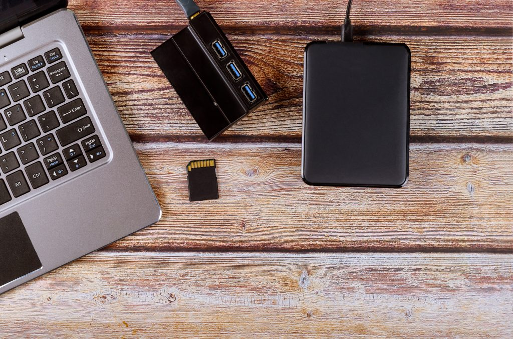 Fotografija z računalnikom, USB čitalcem in zunanjim diskom